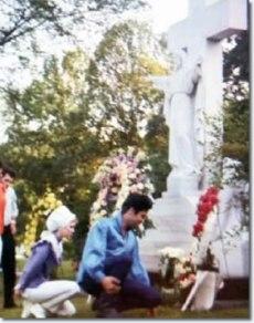 gladys-grave-elvis-1966-2